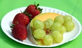 Frische Frucht auf einer Papierplatte Lizenzfreies Stockbild