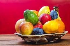 Frische Frucht auf einer Tabelle im Korb lizenzfreie stockfotos