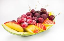 Frische Frucht auf kreativer Schüssel im Hintergrund Stockfotos