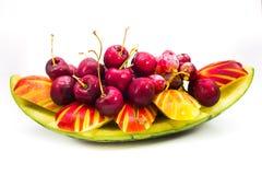 Frische Frucht auf kreativer Schüssel im Hintergrund Stockbilder