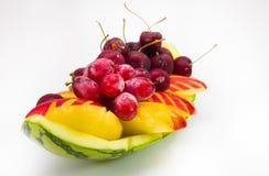 Frische Frucht auf kreativer Schüssel im Hintergrund Lizenzfreie Stockbilder