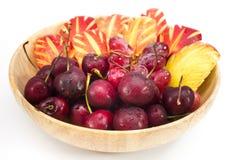 Frische Frucht in bewaldeter Schüssel auf Hintergrund Lizenzfreie Stockfotos