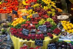 Frische Frucht an einem Markt Stockfoto