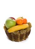 Frische Frucht in einem umsponnenen Korb Stockbild
