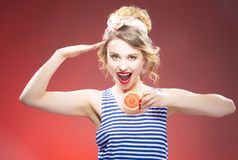 Frische Frucht-Ideen Lächelndes sinnliches kaukasisches blondes mit Pampelmuse zwei Stockfoto