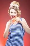 Frische Frucht-Ideen Lächelndes sinnliches kaukasisches blondes mit Pampelmusen-Scheibe Stockfotografie