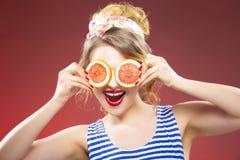 Frische Frucht-Ideen Lächelndes sinnliches kaukasisches blondes mit zwei Pampelmusen Stockfotografie