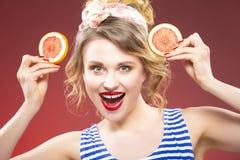 Frische Frucht-Ideen Lächelndes sinnliches kaukasisches blondes mit zwei Pampelmusen Lizenzfreie Stockbilder
