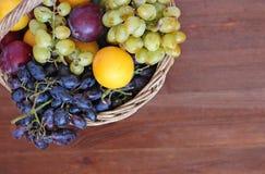 Frische Frucht im Korb auf dem Holztisch Lizenzfreies Stockbild