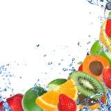 Frische Frucht im Wasserspritzen stockbild