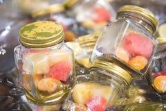 Frische Frucht innerhalb Flaschenglas im Buffet lizenzfreie stockfotografie