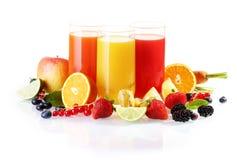 Frische Frucht mit Gläsern Saft Stockbilder