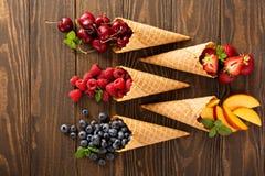 Frische Frucht und Beeren in den Waffelkegeln Stockfoto