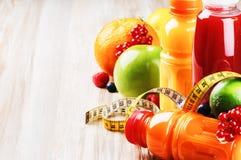 Frische Fruchtsäfte in der gesunden Nahrungseinstellung Lizenzfreie Stockfotografie