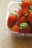 Frische ganze Erdbeeren in der Plastikverpackung lizenzfreie stockbilder