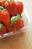 Frische ganze Erdbeeren in der Plastikverpackung stockfotos