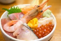 Frische Garnele und verschiedene Arten der Reisschale der rohen Fische des Sashimis Stockbild