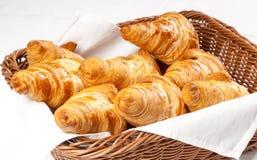 Frische gebackene Butterhörnchen auf dem weißen Hintergrund bereit zum Frühstück Stockbilder