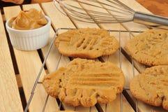 Frische gebackene Erdnussbutterplätzchen Lizenzfreies Stockbild