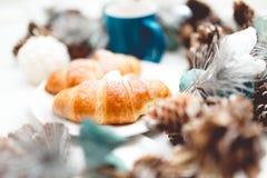 Frische gebackene Hörnchen dienten mit Milch auf einem Bett - und - Frühstücksmorgen Lizenzfreies Stockbild