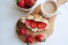 Frische gebackene Hörnchen mit Erdbeere Stockfoto