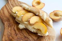 Frische gebackene Hörnchen mit Pfirsichen Stockfoto
