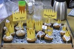 Frische gebackene König- u. Königinmuffins auf Holländern Kingsday Lizenzfreies Stockfoto