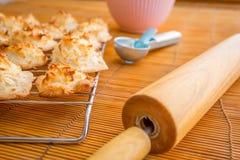 Frische gebackene Kokosmakronen mit den Jahreszeiten, die Tag grüßen stockfoto