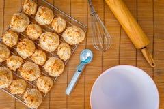 Frische gebackene Kokosmakronen mit den Jahreszeiten, die Tag grüßen stockfotografie