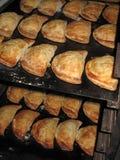Frische gebackene kornische Pasteten Stockfotos
