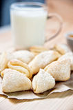 Frische gebackene Käseplätzchen mit Milch, Nahaufnahme Lizenzfreie Stockfotos