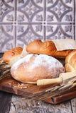 Frische gebackene Laibe von Broten Stockfoto