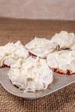 Frische gebackene Muffins, iceing, Wanne lizenzfreies stockbild