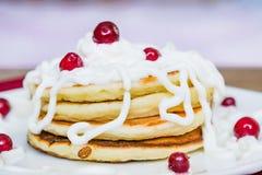 Frische gebackene Muffins zum Frühstück in der weißen Platte, verziert mit Sauerrahm- und lingonbeeren, Lizenzfreie Stockbilder