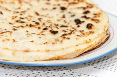 Frische gebackene Pfannkuchen gedient auf einer Platte Stockfotos