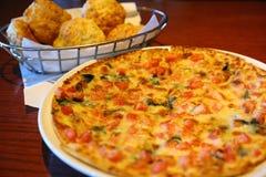 Frische gebackene Pizza gedient (große Datei) Lizenzfreie Stockbilder