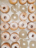 Frische gebackene Schaumgummiringe am Shop stockfotografie