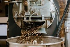 Frische gebratene nat?rliche Kaffeebohnen, welche aus industriellem Kaffee Bean Roaster Machine Inside heraus die Kaffeestube kas stockbild