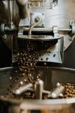 Frische gebratene nat?rliche Kaffeebohnen, welche aus industriellem Kaffee Bean Roaster Machine Inside heraus die Kaffeestube kas stockfoto