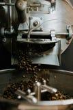 Frische gebratene nat?rliche Kaffeebohnen, welche aus industriellem Kaffee Bean Roaster Machine Inside heraus die Kaffeestube kas stockfotografie
