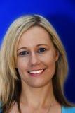 Frische gegenübergestellte blonde Frau auf hellem blauem Hintergrund Lizenzfreie Stockbilder