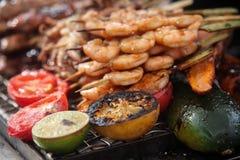 Frische gegrillte Garnelen- und Krakenkebabs mit Zitrone und Avocado lizenzfreie stockfotos