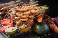 Frische gegrillte Garnelen- und Krakenkebabs mit Zitrone und Avocado lizenzfreies stockbild