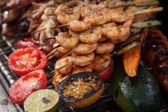 Frische gegrillte Garnelen- und Krakenkebabs mit Zitrone und Avocado stockbilder
