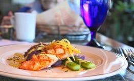 Frische gegrillte Lachse mit purpurroten gestampften Kartoffeln Stockfotografie