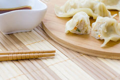 Frische gekochte Mehlklöße oder gyoza Aperitif des asiatischen Lebensmittels Stockfotografie