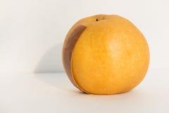 Frische gelbe chinesische Birne in der Schaumabdeckung Stockfotos