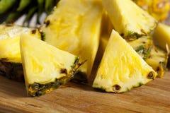 Frische gelbe organische Ananas Stockbilder
