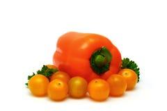Frische gelbe Tomaten mit Paprika und Petersilie Stockfoto