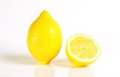 Frische gelbe Zitrone und eine Hälfte Lizenzfreies Stockbild